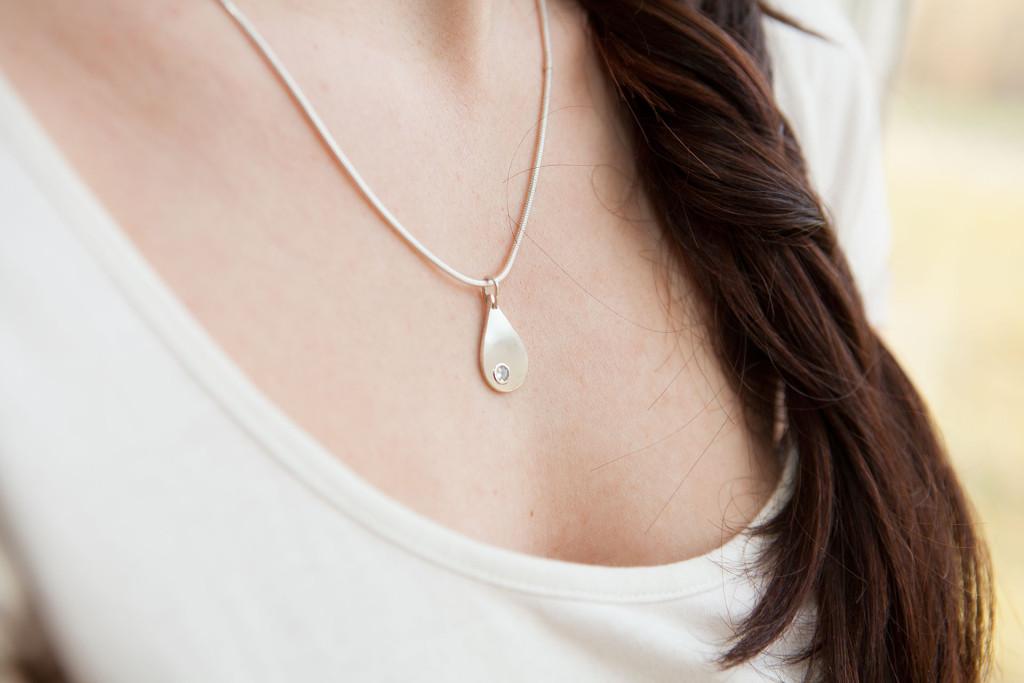 Moesmycken.se - Handgjorda ringar, halsband och örhängen - Halsbandet Droppsten