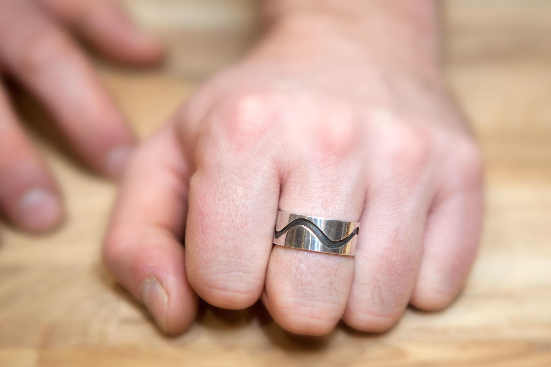 Moesmycken.se - Handgjorda ringar, halsband och örhängen - Ring Svarta vågor