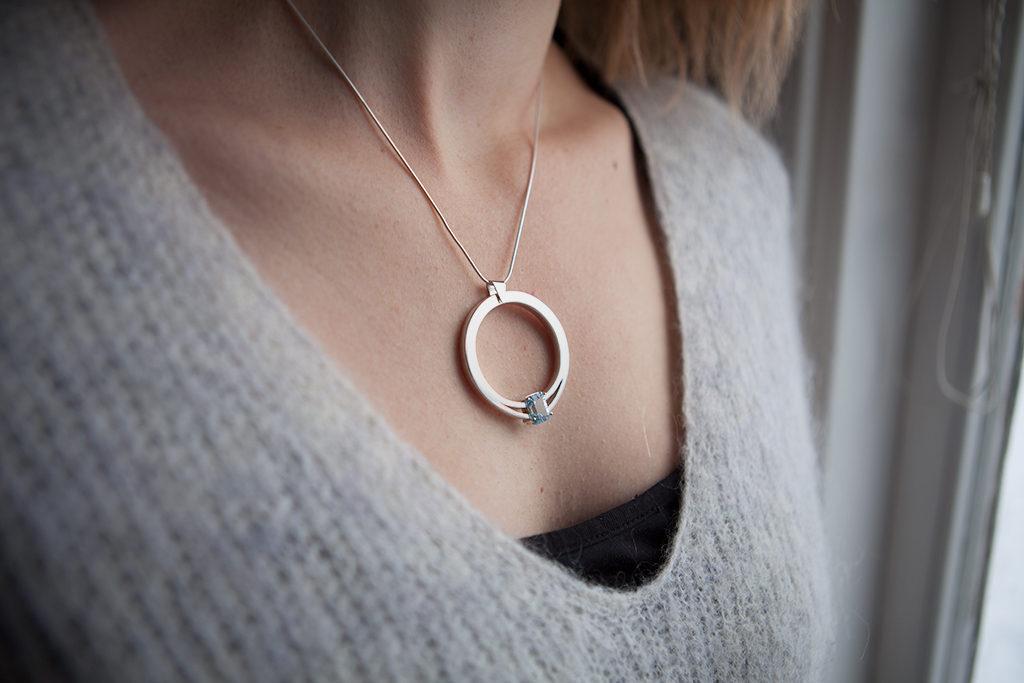 Moesmycken.se - Handgjorda ringar, halsband och örhängen - Halsbandet Grepp